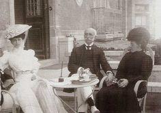 """fotografía tomada en 1912 y que apareció en """"El Mundo Ilustrado"""", aparece parte de la familia Limantour, con su hija María Teresa, don José y su esposa María Cañas Buch de Limantour."""