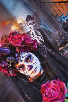 Día de Los Muertos Bridal Veil Throw a Day of the Dead themed party this Halloween! This bridal veil is a great costume choice and is so easy to make. Holidays Halloween, Halloween Make Up, Halloween Decorations, Halloween Costumes, Halloween Party, Sugar Skull Tattoos, Sugar Skulls, Mexican Holiday, Day Of The Dead Art