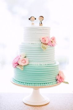 Aguamarina ombre pastel de boda crema de mantequilla con las flores rosadas de azúcar