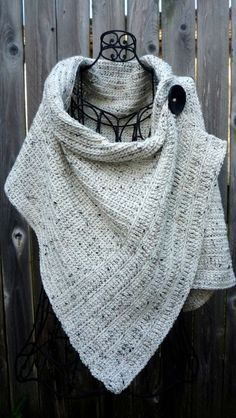 Cream tweed wrap with large black button Poncho mit Knöpfen Pattern for buttoned crocheted wrap Knitted Shawls, Crochet Scarves, Crochet Shawl, Crochet Clothes, Knit Crochet, Knitted Poncho, Knitted Bags, Knitting Projects, Crochet Projects