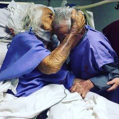 Saying final goodbye after long journey together (x-post from /r/medizzy) Old Love, Real Love, Love Is Sweet, Cute Love, Older Couples, Couples In Love, Mature Couples, Vieux Couples, Final Goodbye