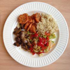 Kjøttfri mandag! Søtpotet, sjampinjong, quinoa, løk, paprika og stangselleri. Spis og nyt :) Grains, Rice, Food, Hoods, Meals, Seeds, Laughter, Jim Rice, Brass