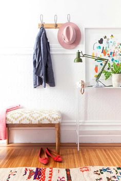 4 idées pour bien aménager son entrée - FrenchyFancy | fresh Lincrusta wainscoting painted white | pretty colors and styling