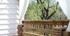 Como fazer um banco de blocos de concreto e madeira?   Fazer um banco para o jardim com retalhos de madeira e blocos de concreto é bem ... Porch Swing, Outdoor Furniture, Outdoor Decor, Wood, Home Decor, Garden Bench Seat, Yard Furniture, Concrete Blocks, Gardens