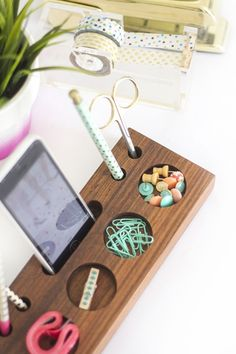 Awesome DIY Office Organization Ideas That Boost Efficiency DIY Projects DIY desk organizers come in all shapes and sizes. There are systems that are specifically designed for student desks, business desks, study desks, and. Woodworking School, Learn Woodworking, Woodworking Projects, Woodworking Courses, Diy Wooden Desk, Diy Desk, Wood Desk, Wood Tray, Do It Yourself Organization