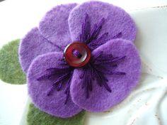 Purple Pansy Felt Flower Pin - pretty buttonhole idea?                                                                                                                                                     Mais