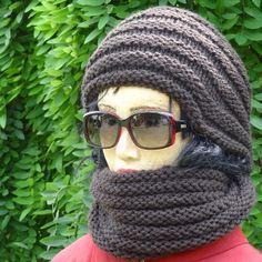 Un modèle de snood facile et rapide à tricoter, en alternant des bandes de jersey endroit et jersey envers. Parfait pour les débutantes ou les pressées.