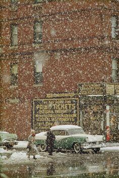 Saul Leiter a vécu plus de soixante ans dans l'East Village, à New York, où il a réalisé la plupart de ses œuvres. Au cours des dernières années, ce quartier, près de Saint Marks Place, est devenu très japonais : une enfilade de restaurants - soba, ramen, okonomikayi - de bars à saké, et de petits supermarchés spécialisés…Saul Leiter a vécu plus de soixante ans dans l'East Village, à New York, où il a réalisé la plupart de ses œuvres. Au cours des dernières années, ce quartier, près de Saint…