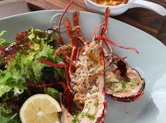 「Äta」。店名はスウェーデン語で「食べる」の意。ということは、ガストロノミックな現代スウェーデン料理? 「いえ、フレンチの技法を使って仕上げた料理を出していきたいと思っています」。オーナーシェフの掛川哲司氏は、箱根「オー・ミラドー」で4年、青山「NARISAWA」で3年修業。 Michelin Star Food, Tokyo Restaurant, Avocado Toast, Zucchini, Vegetables, Breakfast, Ethnic Recipes, Foods, Morning Coffee