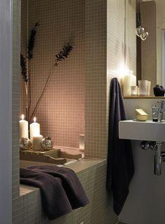 Skru av det sterke taklyset på badet og la levende lys stå for stemningen. Slik får du den riktige spa-stemningen. Badekaret er dekket av fliser og plassert i en liten hule i veggen. Styling: Juni Hjartholm.
