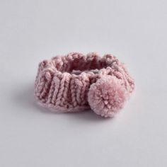 Gestricktes Stirnband mit Bommel für Babys Babys, Baby Shoes, Floral, Flowers, Knitted Headband, Handmade, Products, Children, Babies