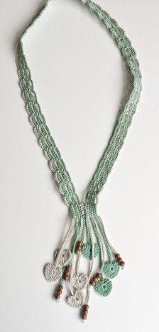 Este bonito colar feito em crochet foi cuidadosamente trabalhado em fio de algodão. Contém missangas e corações feitos em crochet como principais motivos de decoração.    Todas as minhas criações são peças únicas.