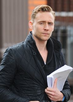 Tom Hiddleston seen at a cafe in North London on June 10, 2013 [HQ]