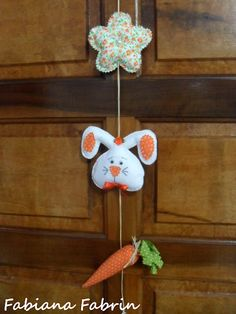 Móbile Páscoa Easter Projects, Easter Crafts, Felt Crafts, Holiday Parties, Holiday Decor, Holiday Ideas, Cat Sweaters, Name Banners, Holidays And Events