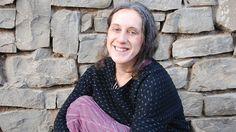 Tahle dáma se značně vymyká tradiční představě vědkyně, bádající někde v muzeu o starých krojích a obyčejích. Zaměřila se na kulturu sibiřských kočovných kmenů a prožila s nimi s přestávkami patnáct let. Sblížila se s šamany, byla svědkem řady lidských dramat a několikrát šlo o život i jí. Jako terapii začala Pavlína Brzáková o svých zkušenostech psát články a knihy a některé tradice, včetně vítání jara, přenesla do Čech.