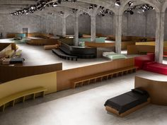 Prada's 2017 Fall/Winter show features a meandering runway with a sprinkle of 70's edge - News - Frameweb