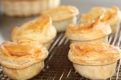 After rejecting a vegan mince and cheese pie from Tart Bakery, New Zealand's Bakels Supreme Pie Awards has decided to accept plant-based entries in Copycat Kfc Chicken Pot Pie Recipe, Tart Bakery, Red Potato Recipes, Pie Shop, Tummy Yummy, Vegan Pie, Good Food, Yummy Food, Vegan News