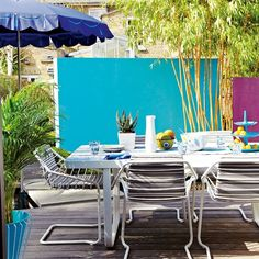 Design ideas: colour coated Brighten an outdoor dining area Design ideas: color-coated Painted Garden Furniture, Modern Garden Furniture, Colorful Furniture, Outdoor Furniture Sets, Outdoor Walls, Outdoor Rooms, Outdoor Dining, Outdoor Decor, Easy Garden