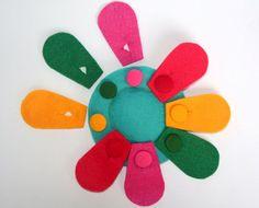 Resultado de imagem para felt toys Pre K Lesson Plans, Button Flowers, Felt Toys, Fine Motor, Simple, Kids, Quiet Books, Couture, Education