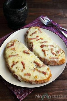 Garlic bread with cheese and bacon Pan de ajo con queso y bacon I Love Food, Good Food, Yummy Food, Tapas, Comida Diy, Dessert Drinks, Mexican Food Recipes, Brunch, Food Porn