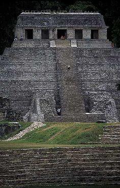 Templo de las Inscripciones, edificio ceremonial-funerario construido en el año 675 d.c. por la civilización maya. Es la edificación más alta y de mayor relevancia de la antigua ciudad del período maya-clásico-tardío, Lakam Ha, capital de la región de B'akaal, situada actualmente en el estado mexicano de Chiapas, cerca del Río Usumacinta.  Palenque, Chiapas, México.mcba.