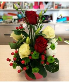 Aranjament floral in cutie cu trandafiri, lisianthus si hypericum Bouquet Box, Red Rose Bouquet, Red Roses, Bouquets, Boxes, Table Decorations, Plants, Home Decor, Crates