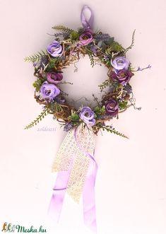Sötét mályva, világos levendula - lila selyemvirágos koszorú - KÉSZTERMÉK (zoldeszti) - Meska.hu Country Primitive, Grapevine Wreath, Grape Vines, Decorations, Wreaths, Door Wreaths, Vineyard Vines, Dekoration, Deco Mesh Wreaths
