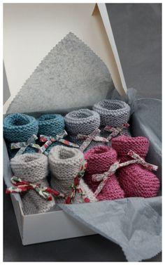 What a cute gift presentation! Knitting For Kids, Baby Knitting Patterns, Knitting Socks, Baby Patterns, Hand Knitting, Love Crochet, Crochet Baby, Knit Crochet, Knitted Booties