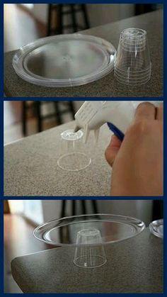 Con platos y vasos plasticos