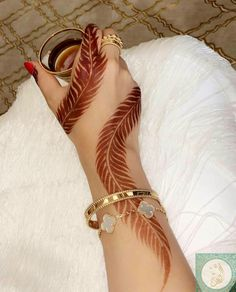 Searching for stylish mehndi designs for the party that look gorgeous? Stylish Mehndi Design is the best mehndi design for any func. Henna Hand Designs, Dulhan Mehndi Designs, Arte Mehndi, Khafif Mehndi Design, Simple Arabic Mehndi Designs, Latest Bridal Mehndi Designs, Stylish Mehndi Designs, Mehndi Designs For Beginners, Mehndi Design Pictures