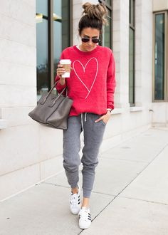 Sporty chic · casual clothing style · sport style · casual style inspiration sweatshirt + bag + pants sweatshirt outfit, joggers outfit, cooler look Sporty Outfits, Cute Casual Outfits, Casual Chic, Fashion Outfits, Travel Outfits, Cute Lounge Outfits, Running Outfits, Sporty Chic, Casual Fall