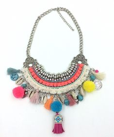 This Boho chic necklace is inspired by tribal and ethnic jewelry. The colourful pompoms and shell pendants make it fun and perfect for summer! #bijouterie #ethnicjewelry
