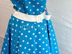 Blaues Kleid mit weißen Punkten und weißem Gürtel aus den Fünfziger Jahren bei den Golden Oldies in Wettenberg Krofdorf-Gleiberg bei Gießen in Hessen