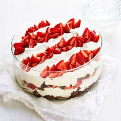 Mansikkainen Marianne-kakku maljassa - Fazer Baking Recipes, Dessert Recipes, Cup Desserts, Delicious Desserts, Yummy Food, Just Eat It, Sweet Pastries, Sweet Cakes, Sweet And Salty