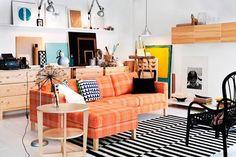 sofá naranja ikea de tela decoración escandinava alfombra blanco y negro