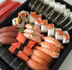 image découverte par Trang. Découvrez (et enregistrez !) vos images et vidéos sur We Heart It Sushi Set, I Love Food, Good Food, Yummy Food, Japanese Food Sushi, Food Porn, Food Platters, Food Goals, Aesthetic Food