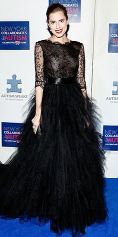 Allison Williams wearing a frothy black Oscar de la Renta creation, featuring a lace bodice and tiers of tulle for the skirt, with delicate drop earrings and a black clutch.