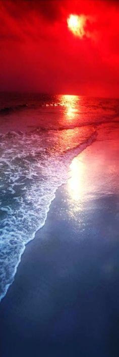 ✯ Beautiful coloured sunset at sea: These colours red, white and blue are the colours of the flag of the Netherlands!