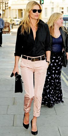 Pale pink pants. Calça rosa. Camisa preta.