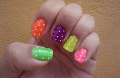 Unhas pintadas diversas cores com bolinhas