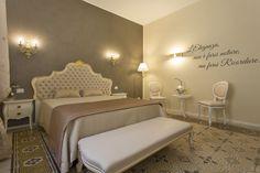 """B&B VILLA ANNA -  Il B&B Villa Anna nasce in un contesto del '900 completamente ristrutturata a due passi dal centro di Lucca,si affaccia su Porta Elisa """" Villa Anna"""". La struttura è stata inaugurata ad Aprile 2016 ed è caratterizzata da un'eleganza e raffinatezza uniche nel contesto delle mura di Lucca.Lussuose e ampie camere,dalla suite Moderna """"Alice """" alla suite Classica """"Giulia"""" dotate di ogni comfort,bagni con vasca idromassaggio e doccia emozionale ampio parcheggio e terrazza…"""