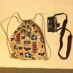 Die schönsten Geschenke sind selbst gemacht! Überrasche deine Liebsten mit einem selbst genähten Turnbeutel. Bei über 2000 Stoffen ist für jede(n) das richtige dabei! #diy #geschenk #nähen #geschenkidee #selbstgemacht #selbermachen Drawstring Backpack, Backpacks, Bags, Cinch Bag, Gymnastics, Make Your Own, Homemade, Nice Asses, Handbags