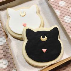 ❥ Sailor Moon | Cookies Sailor Moon Birthday, Sailor Moon Party, Sailor Moon Wedding, Moon Cookies, Cat Cookies, Dango Peluche, Sailor Moon Cafe, Moon Food, Anime Cake