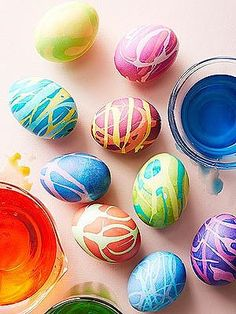DIY modern Easter egg crafts Drizzle egg with rubber cement, let dry, then dip in a dye bath. When it's dry, gently peel off the rubber cement. Repeat two or three times with additional colors and voilà -- a masterpiece! Easter Egg Dye, Easter Egg Crafts, Coloring Easter Eggs, Hoppy Easter, Egg Coloring, Easter Bunny, Cool Easter Eggs, Bunny Crafts, Easter Table