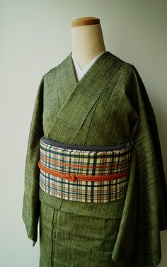 JUGEMテーマ:着物 きもの紬 裄63cm 袖丈49cm 身丈156.5cm 前巾22.5cm 後巾30.3cm 衿裏二か所に緑青有、その他は良い状態です。16,200円(税込価格) 1 オリーブグリーンのお色の無地紬です。グリーン系