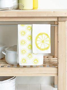 DIY * Free printable form for lemon tea towels. Materials needed; White plain tea towels, fabric paint lemon yellow Lemon, stippling brush, fine brush, plastic (eg, L-folder) or sturdy cardboard, spray glue. Download the lemon shape (1 box is 1 × 1 cm) >> For instructions, read link in Dutch .. possibly use Google Translate)