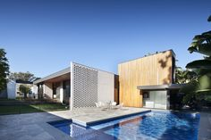 """Construido en 2015 en Melbourne, Australia. Imagenes por Shannon McGrath . """"¡Una casa para vivir en ella!"""", Exclamó el cliente en las primeras etapas. """"Textura y calidez con un toque de fantasía - pero no hay trucos que..."""