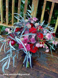 Rood-zwart hand gebonden bruidsboeket in 'Gothic style'. Diverse soorten rode rozen, donker rode ranonkel, hard roze Vanda (orchidee), zeeuws knopje, eucalyptus, asparagus, zaaddoos scabiosa (duifkruid). www.meesterlijkgroen.nl