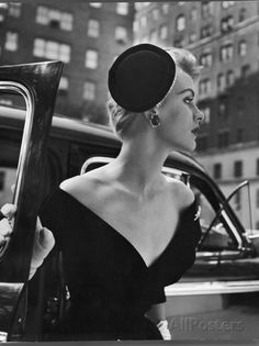 Jeweled Stay Put Cocktail Hat at Reckless Angle Photographic Print by Nina Leen 1950s Fashion Dresses, Vintage Fashion 1950s, Vintage Dresses, Vintage Outfits, Elegant Dresses, Dress Fashion, Vintage Photography Women, Retro Photography, Look Fashion