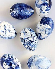 Такие пасхальные яйца окрашиваются при помощи темно-синего лака для ногтей, который капают на воду (способ marbling - мраморная окраска). Пошаговая инструкция здесь: http://www.aliceandlois.com/diy-marbled-indigo-eggs : aliceandlois.com